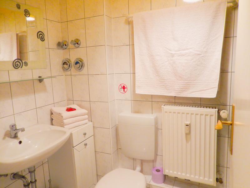 Bathroom with shower, toilet and washbasin Badezimmer mit Dusche, Waschbecken und WC