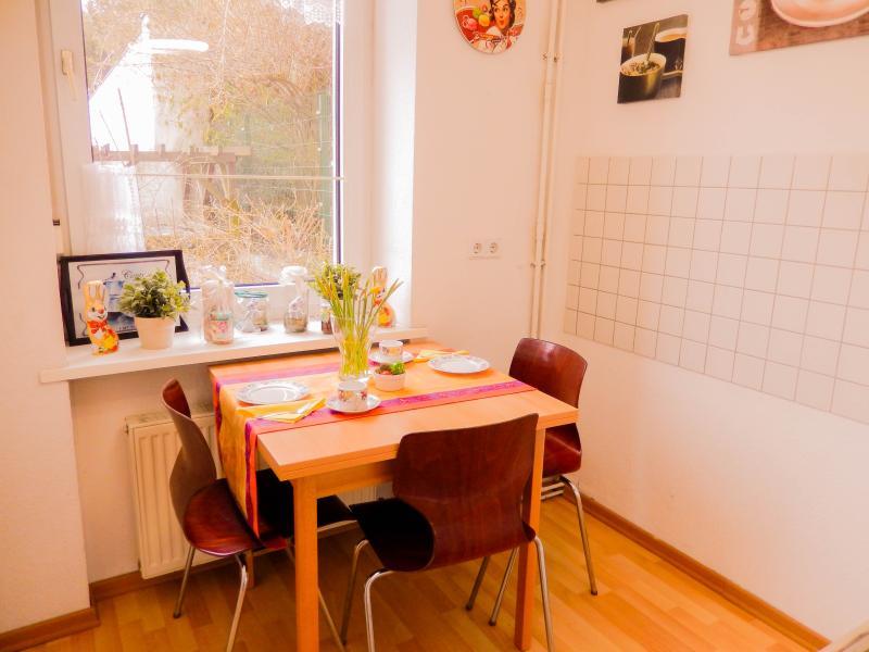 Dining area with view in the green yard gemütlicher Essbereich  mit Blick in den grünen Hof