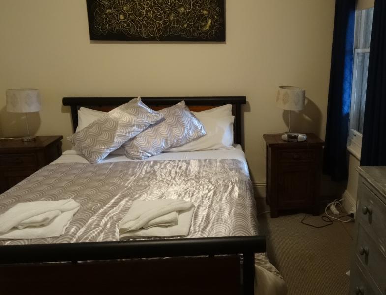 Dormitorio principal con cama queen.