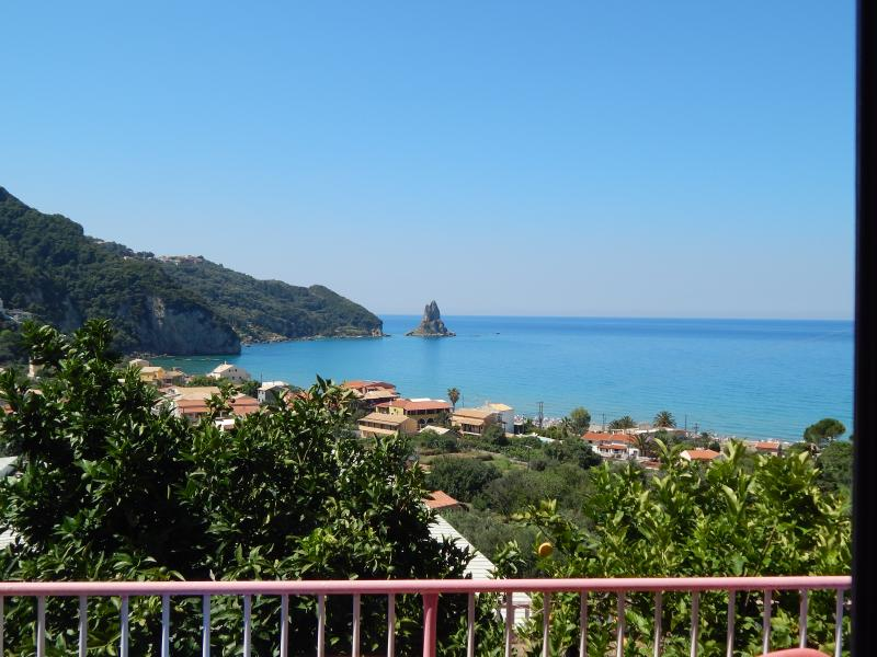 Panoramic  Seaview studio room for 2,  390m from the beach and  near center, location de vacances à Agios Gordios