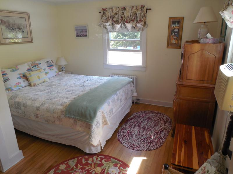 Breezy MBR or Air conditioning - Queen Bed Morning Sun, Garden view.