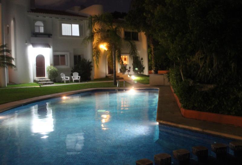 Relajarse en la parte delantera en esas noches tropicales - justo al lado de la piscina. Abra la puerta de entrada - ver la piscina
