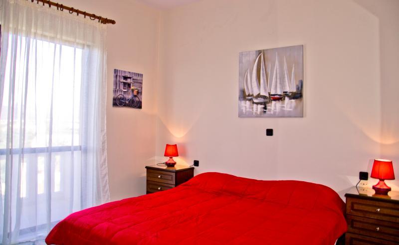 Camera con letto matrimoniale e terrazza vista mare