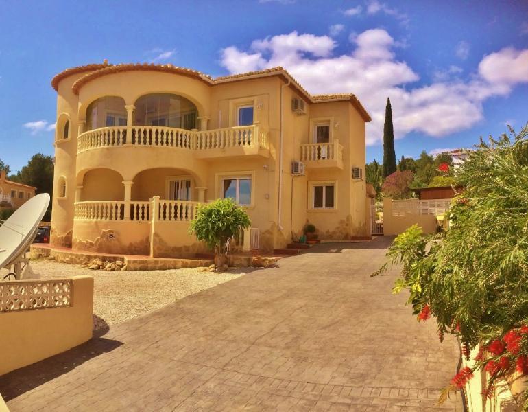 Luxury villa Pool /Air conditioning Sleeps 10, holiday rental in Calpe