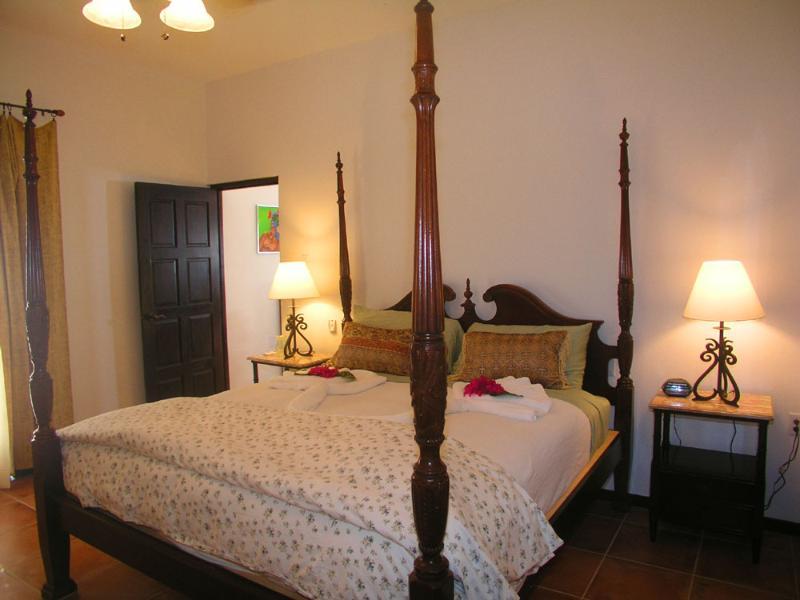 Un dormitorio principal. Con vistas a la terraza y el océano