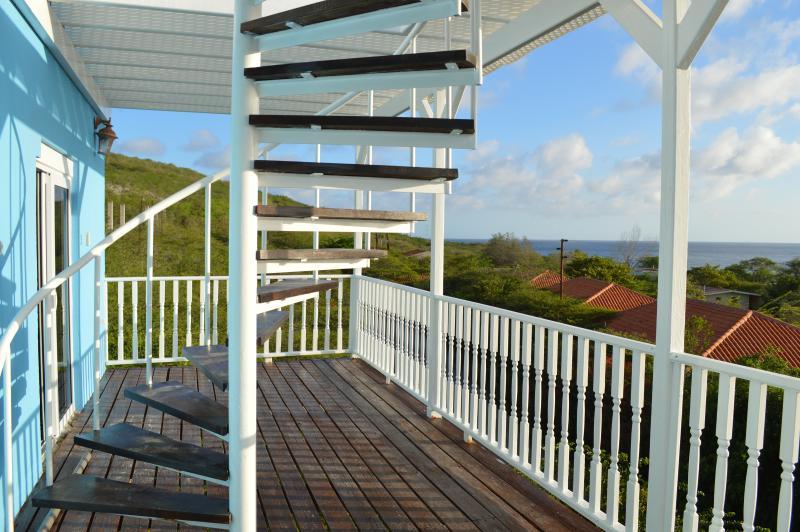 Terraza frontal con escalera de caracol para el cielo-terraza