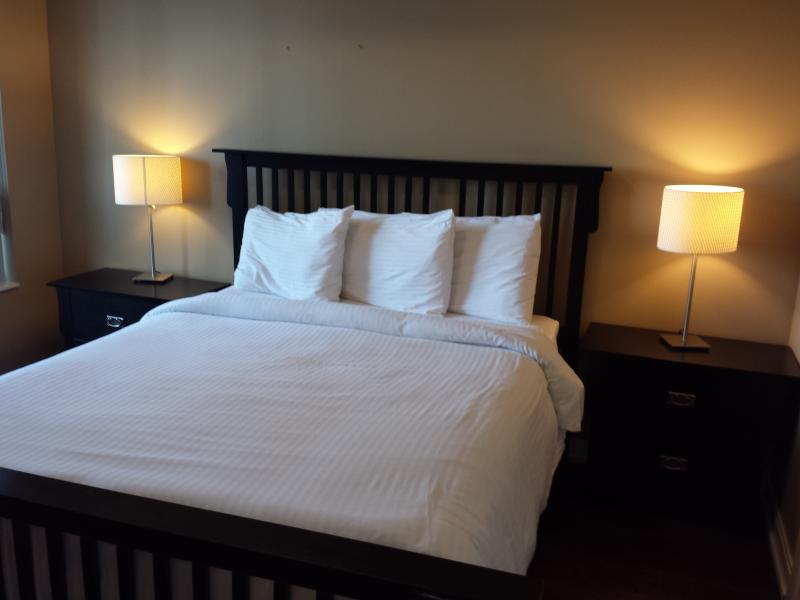 2BD UPSCALE FURNITURE & BEST LOCATION SQUARE ONE, vacation rental in Oakville