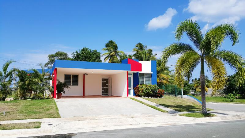 Intimate Beach House, Relaxing Atmosphere, Coastal View, holiday rental in Arecibo