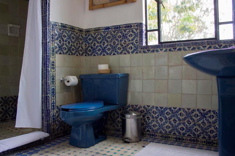 Casa de banho com as comodidades do hotel, toalhas e secador de cabelo.