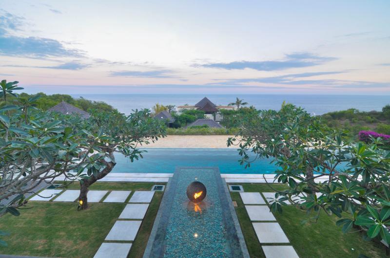 Villa Mewah Angin laut - 4 BR Luxury overlooking to Pacific Ocean, vacation rental in Ungasan