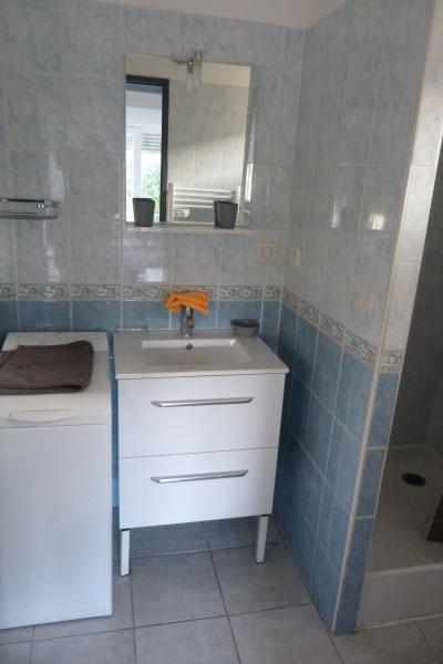 Salle de bain équipée d'un lave Linge