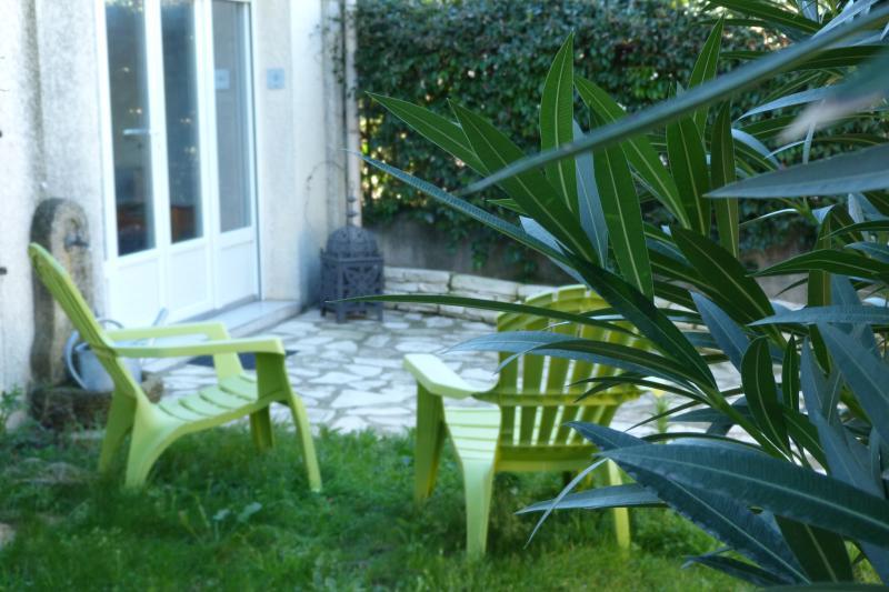 Petit coin privée table chaise fauteuils