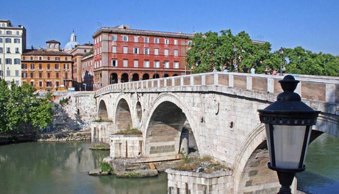 Ponte Sisto -5 min walk