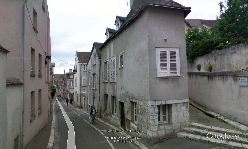 Dans une rue typique du vieux Chartres