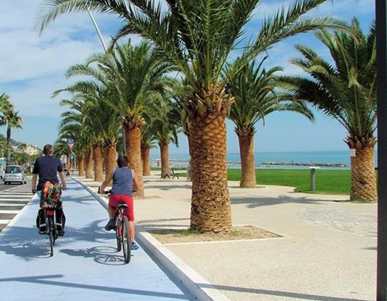 piste cyclable qui longe la mer et rejoint Grottammare à San Benedetto Tr. et Cupra Marittima