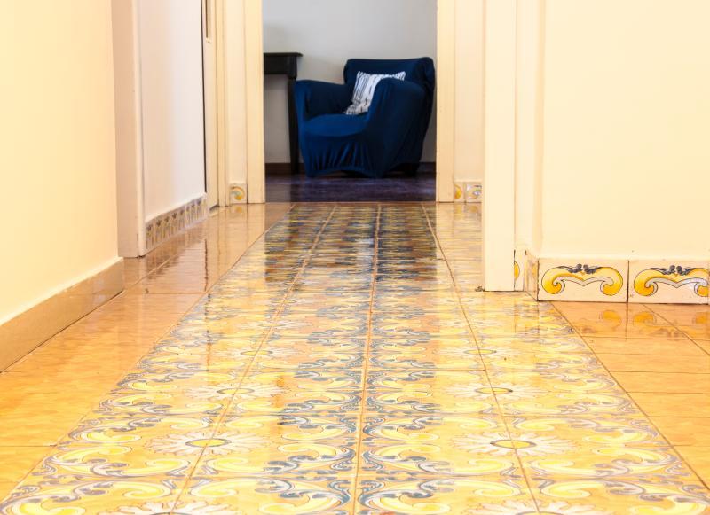 Corridoio con pavimento dipinto a mano