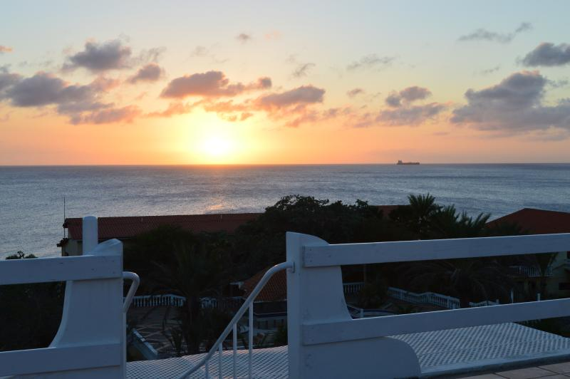 Puesta de sol desde la terraza Sky. Cada día uno diferente.