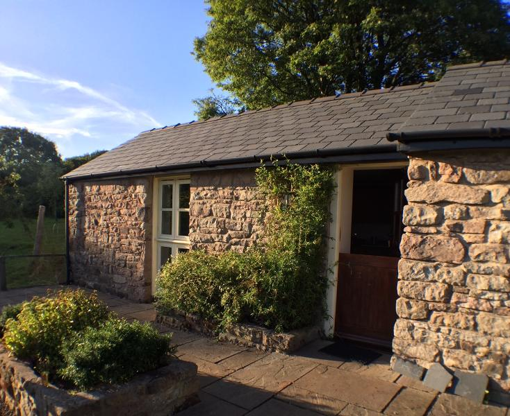 Highlands Cottage | apple orchard | Wye Valley | south-facing terrace, holiday rental in Clearwell