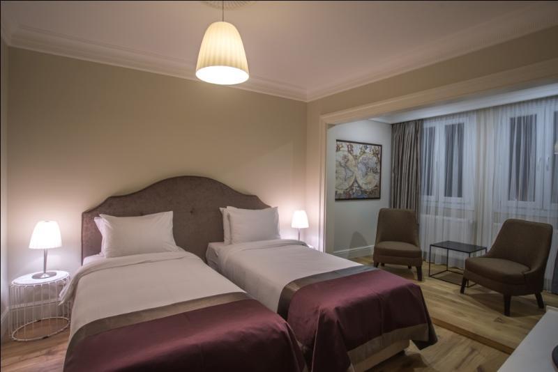 En stor bedroom.beds kan vara kung eller Twin