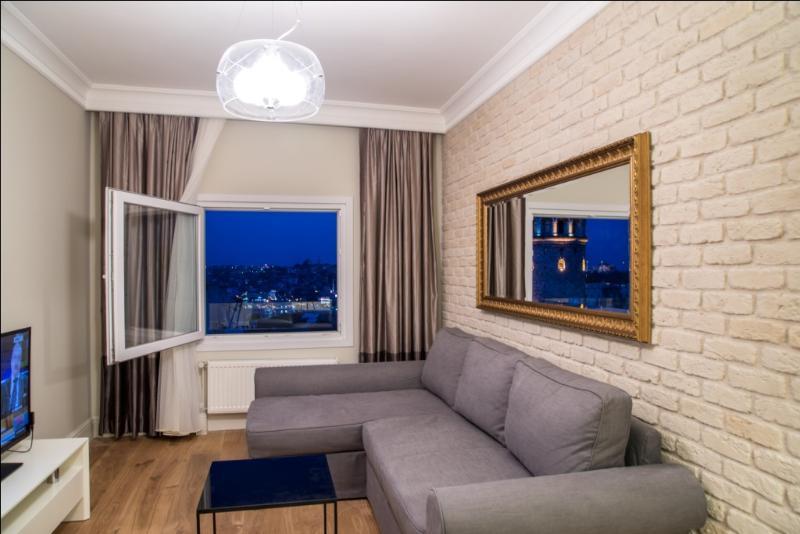 En mysig vardagsrum med Galata Tower
