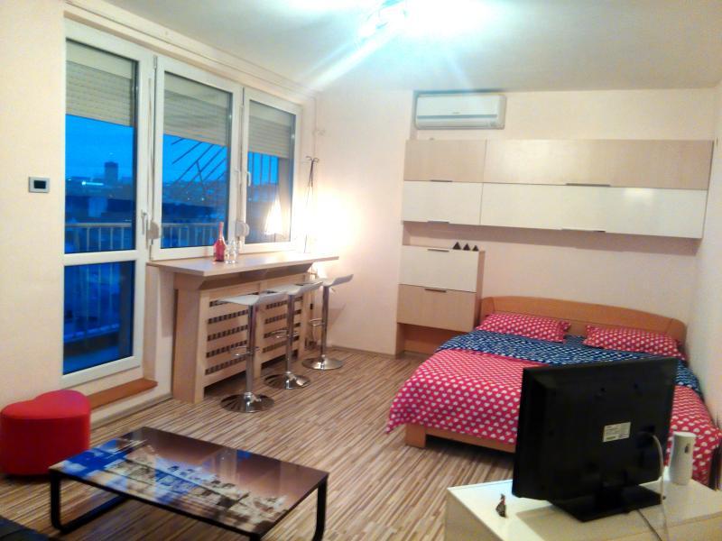 luxury apt w spacious sunny balcony, holiday rental in Dorcol