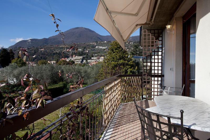 Vista dal balcone con vista giardino e monti