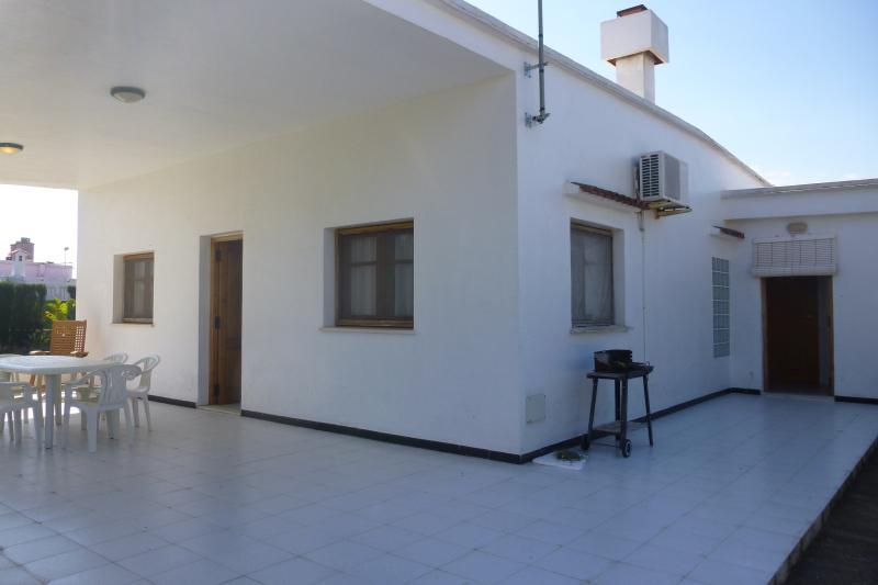Magnifica casa con 700 m de jardín Tropical, holiday rental in Oliva