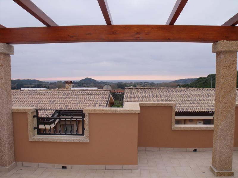 Esterni: vista panoramica della Torre di Chia e della costa dal patio superiore.