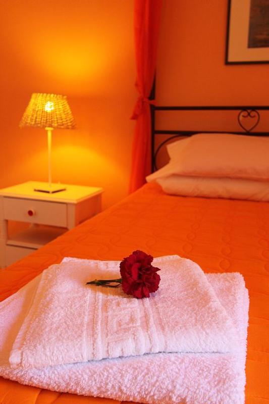 ORANGE ROOM, DOUBLE BED