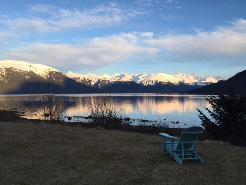 Blue Heron House luxury home across from the beach, fire pit, BBQ, deck, view!, location de vacances à Haines