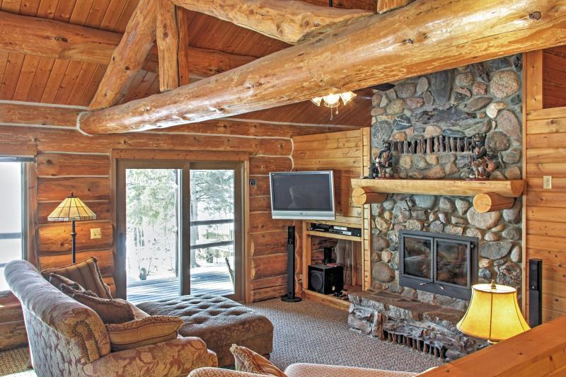 Wonderful 3BR Home on Sand Lake w/Expansive Porch, holiday rental in Bigfork