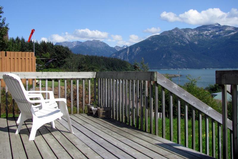 The Cottage 2 BR cabin downtown, water view, location de vacances à Haines