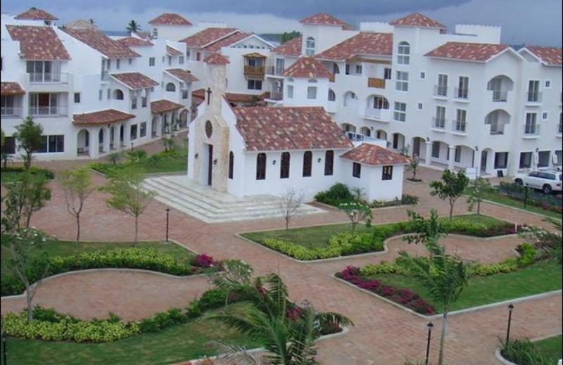 vista del resort area de la iglesia y plaza central