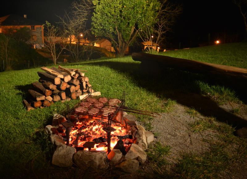 Zona de barbacoa, cuando el tiempo lo permite, al calor del fuego pasamos un rato agradable