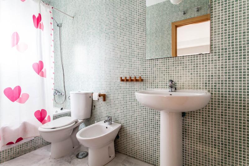 Cuarto de baño con bañera, interior al cuarto de matrimonio