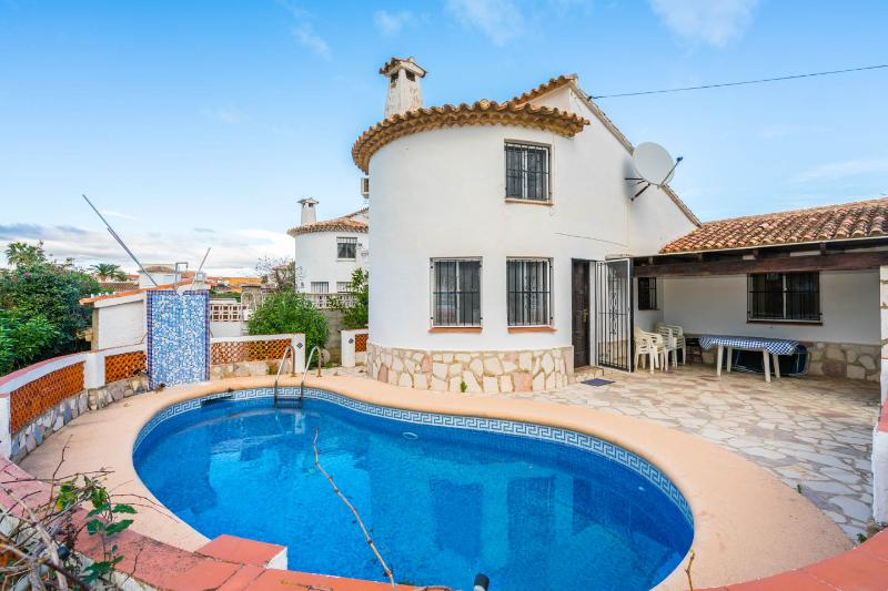 Amazing Villa-Denia-Private pool,beach,Hikes,Dog friendly,Kids,Renovated,Low pri, vacation rental in Denia