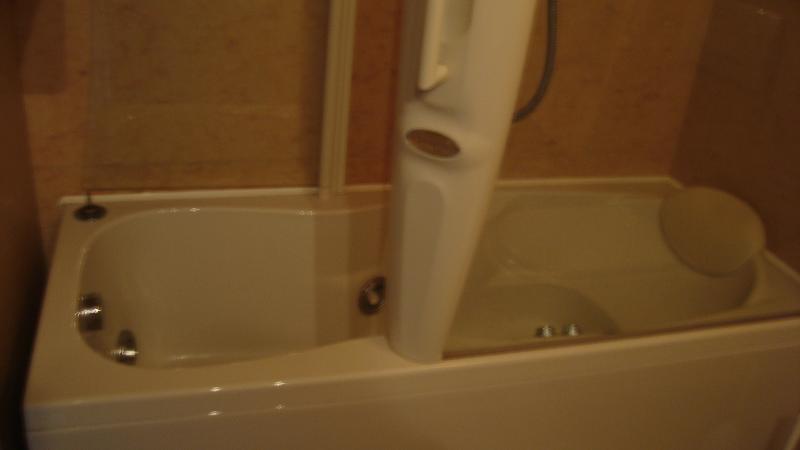 JACUZZI BATHTUB AND IDRO-SHOWER COLUMN