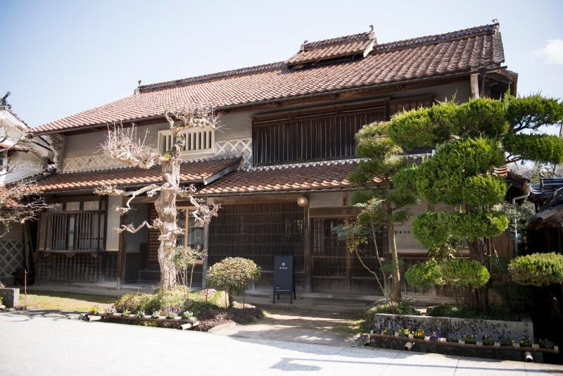 This is Nambatei.  Hotel, Restaurants, Shop are included. It was built 100 years ago.