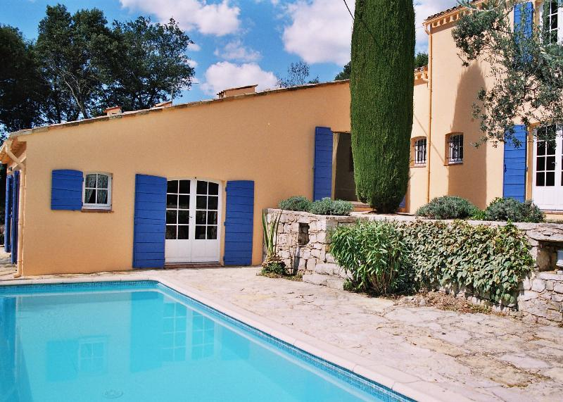 Villa Charmante and private pool bathed in sun