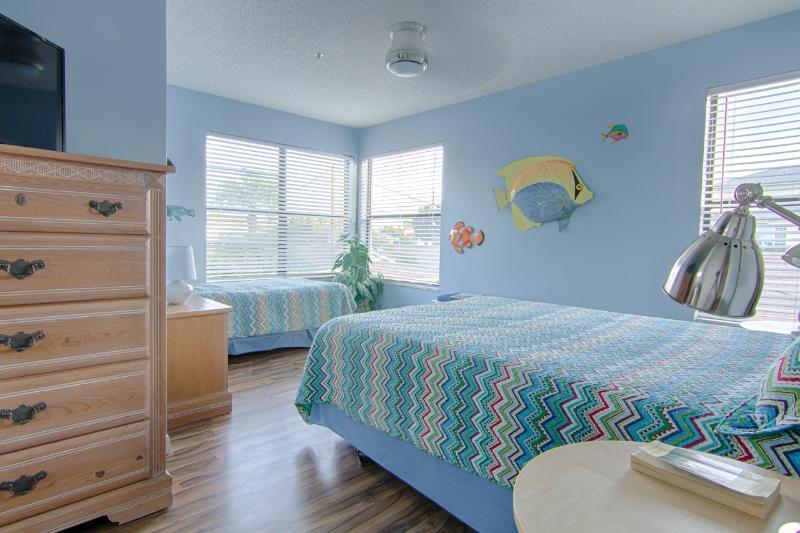 Our next door unit, Tropical Sunset #1, guest bedroom. 1 queen + 1 twin bed.