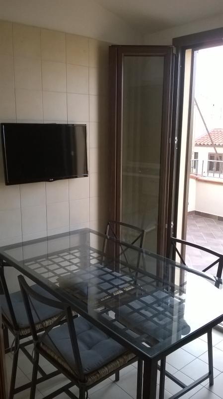 Sala da pranzo con accesso al terrazzo (vista cattedrale e Rocca) e tv