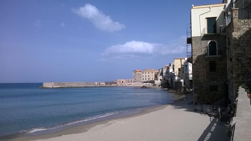Spiaggia nel lungomare a due minuti dall'appartamento.