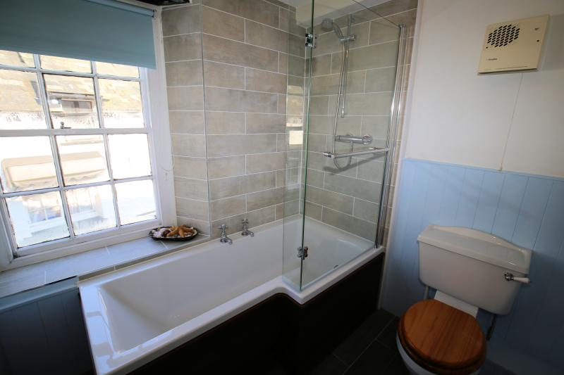 En-suite bathroom for the master double bedroom
