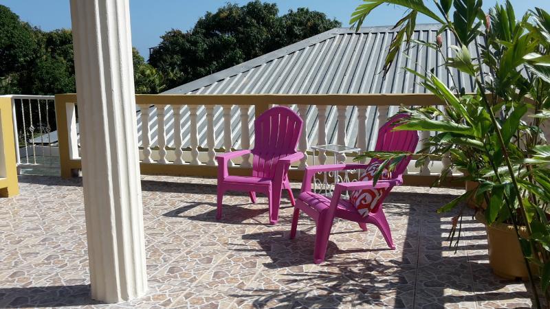 Relajarse y descansar, disfrutar del sol en la cubierta del techo