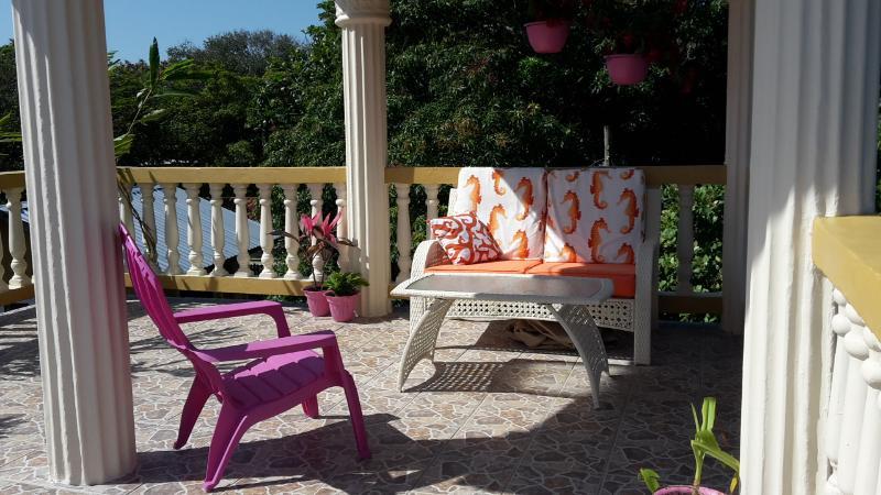 Coge una silla y relajarse - entretener a los amigos con una comida o bebidas