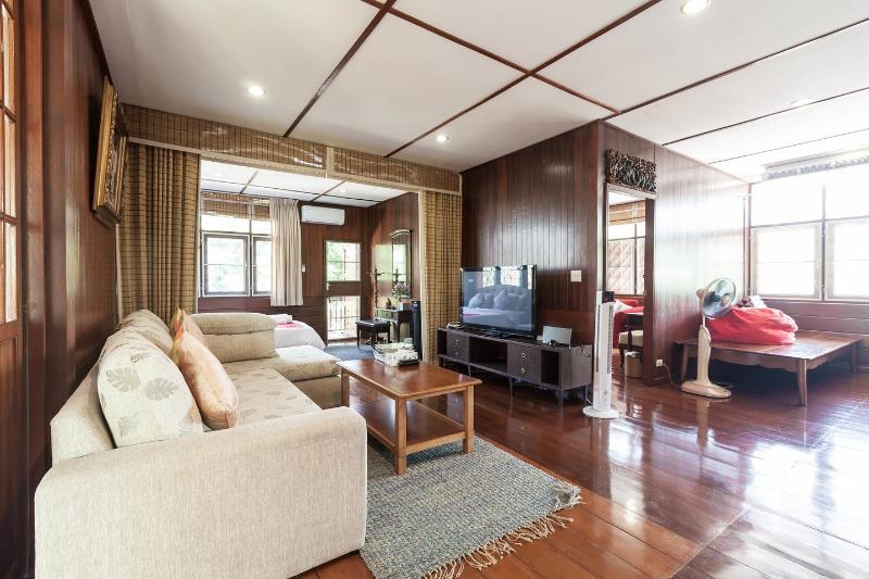Private Waterfront Thai Villa, 'Mana TaLingChan', vakantiewoning in Bangkok