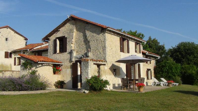 Hillside character Gite.Panoramic views.Golf,tennis & shared swimming pool & gdn, holiday rental in Aubeterre-sur-Dronne