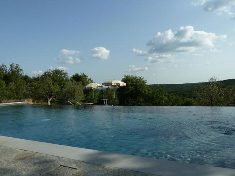 piscina con idromassaggio e vista sulla vallata