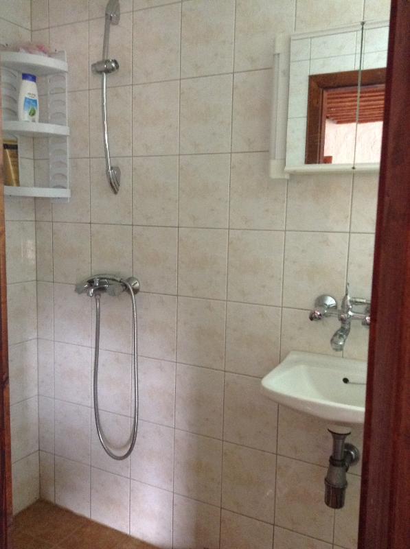 Douche avec eau chaude. Le bidet a également l'eau chaude méfiez-vous des surprises.