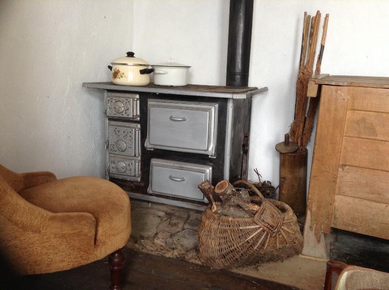 Poêle à bois dans la chambre principale. Tentez votre chance à la cuisson sur un.